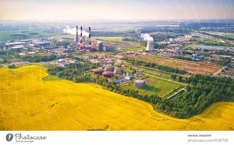 Luftaufnahme des Kraftwerks mit blühendem Rapsfeld nuklear Station Industrie kühlen Pflanze atomar Feld Turm Energie Frühling Dröhnen Kühler Antenne
