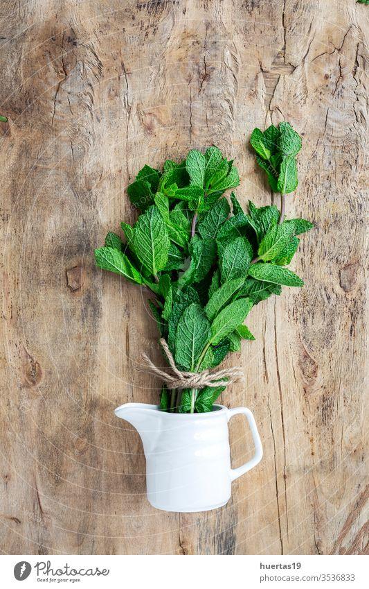 frische aromatische Kräuter von oben auf altem Holzgrund Küchenkräuter Lebensmittel organisch grün Bestandteil Hintergrund Minze Oregano Petersilie Schnittlauch