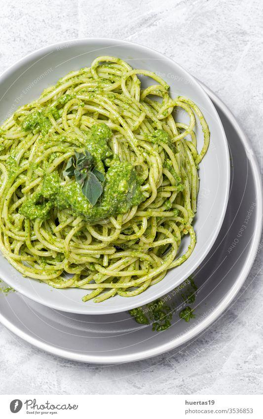 Spaghetti mit hausgemachter Pestosauce auf grauem Hintergrund Lebensmittel Teller Spätzle Gesundheit Italienisch Italienische Küche Weide grün Feinschmecker