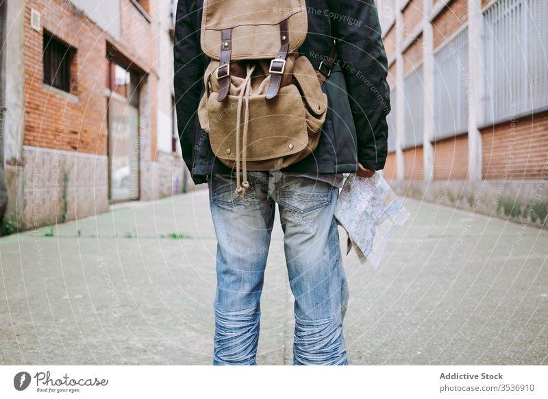 Männlicher Tourist zu Fuss mit Rucksack und Karte auf der Strasse Mann Landkarte Spaziergang reisen Reisender Ausflug schlendern Lifestyle Ausflugsziel Stadt