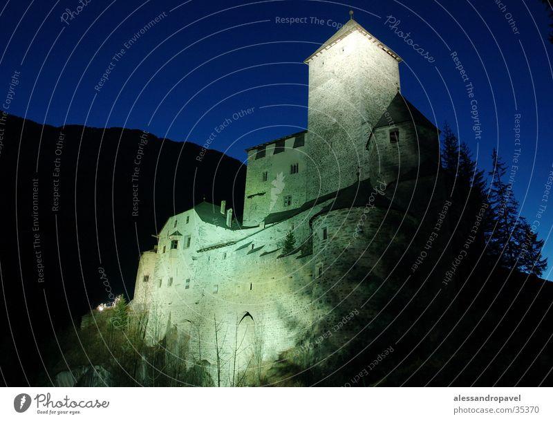 Schloss Taufers bei Nacht Wald historisch Langzeibelichtung blauer Himmel in der Nacht