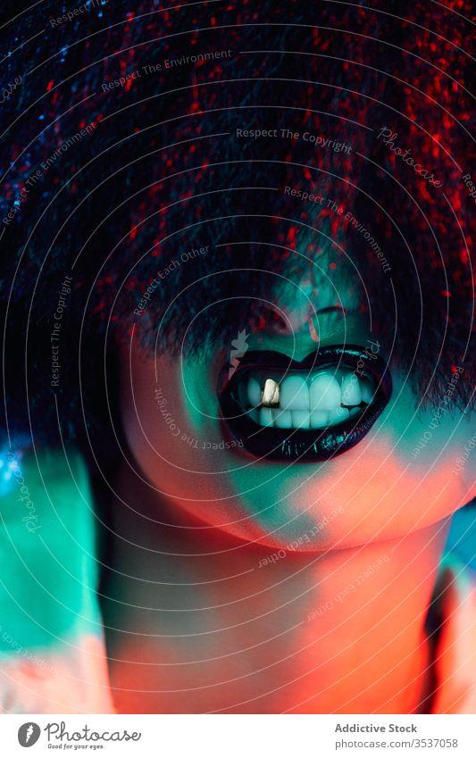 Frau mit Perücke mit Zähnen Stil Konzept farbenfroh leuchten zeigen grinsen Vorschein Individualität Persönlichkeit Mode modern manifestieren Glamour lebhaft
