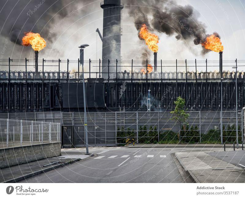 Außenbereich der Kokerei mit Rohren und Koksbatterien Pflanze Koks-Batterie Röhren industriell Rauch Fabrik Flamme Gebäude verwittert Aviles Spanien Industrie