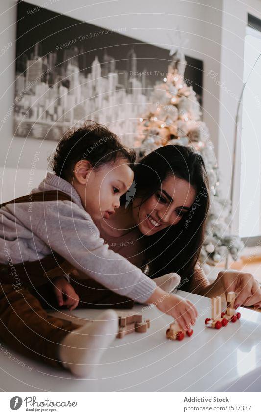 Mutter und Sohn spielen mit Holzspielzeug auf dem Tisch Spielzeug heimwärts Bonden gemütlich Erziehung Vorschule Eltern hölzern Kind heiter Spaß Frau Junge