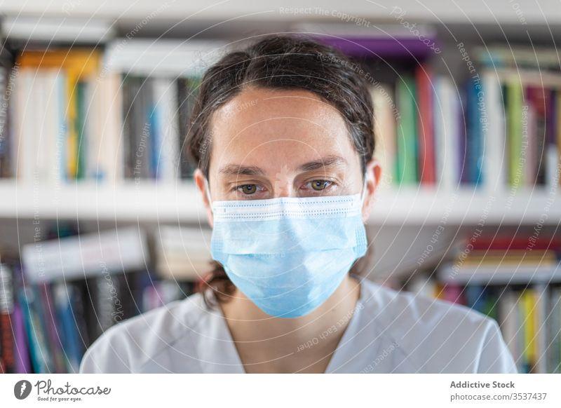 Positive junge Ärztin mit medizinischer Maske im Krankenhaus stehend Frau Arzt Uniform Stethoskop Mundschutz Klinik Bund 19 Coronavirus Ausbruch Pandemie Büro