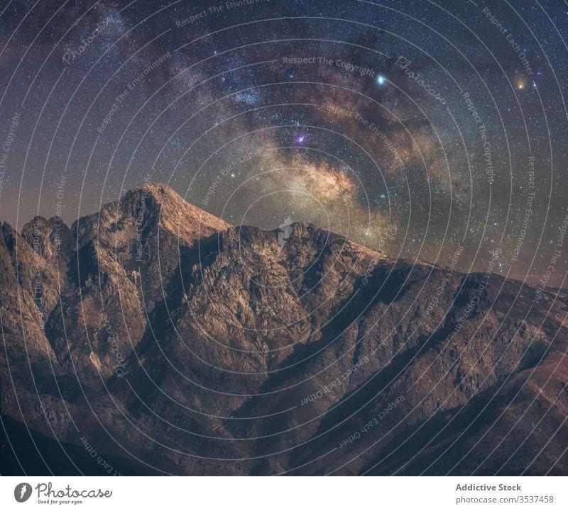 Berge in der Nacht hell Atmosphäre Schmuckkörbchen reisen Himmel Hügel Hintergrund im Freien Glanz Galaxie Gipfel märchenhaft Klippe Fee Stern Cluster funkeln
