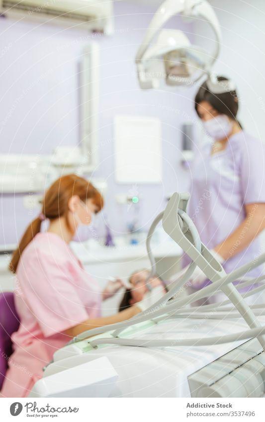 Zahnärztin mit Assistentin heilt Patientenzähne in der Klinik Zahnarzt Frauen geduldig Zähne Mundschutz dental Arzt Stomatologie Uniform Medizin Leckerbissen