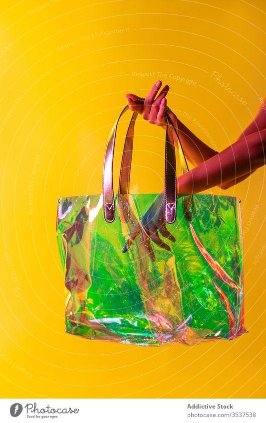 Nutzpflanzenfrau mit stilvoller Plastikhandtasche Frau Handtasche Kunststoff Stil durchsichtig Tasche kreativ farbenfroh Mode Accessoire Konzept pulsierend