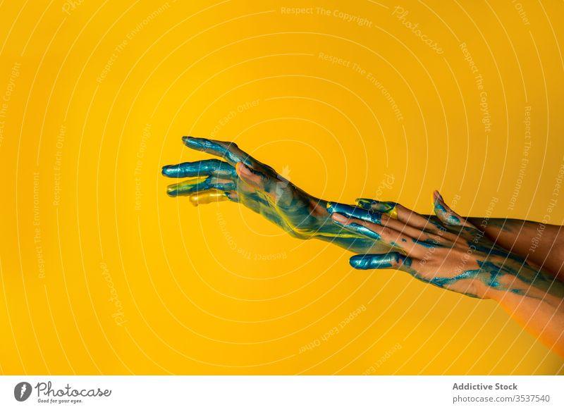 Kreative Handwerkerin mit bemalten Händen im Atelier Frau Farbe Künstler metallisch kreativ Kunst farbenfroh Anstreicher abstrakt Konzept Farbstoff Glitter