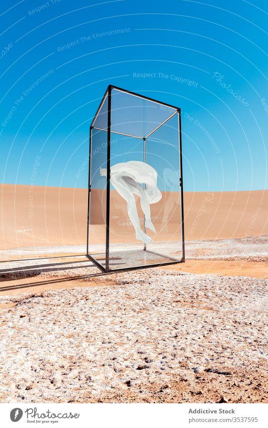 Menschen geschützt und von der Außenwelt isoliert vereinzelt Gesundheit Coronavirus menschlich Schutz Kasten Glas Virus Konzept Quarantäne covid-19 Seuche