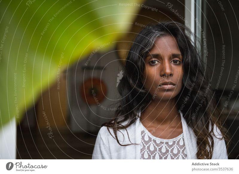 Indische Frau entspannt sich auf dem Balkon sich[Akk] entspannen Terrasse Wochenende genießen lässig Outfit ethnisch Inder hinduistisch Bekleidung anhaben