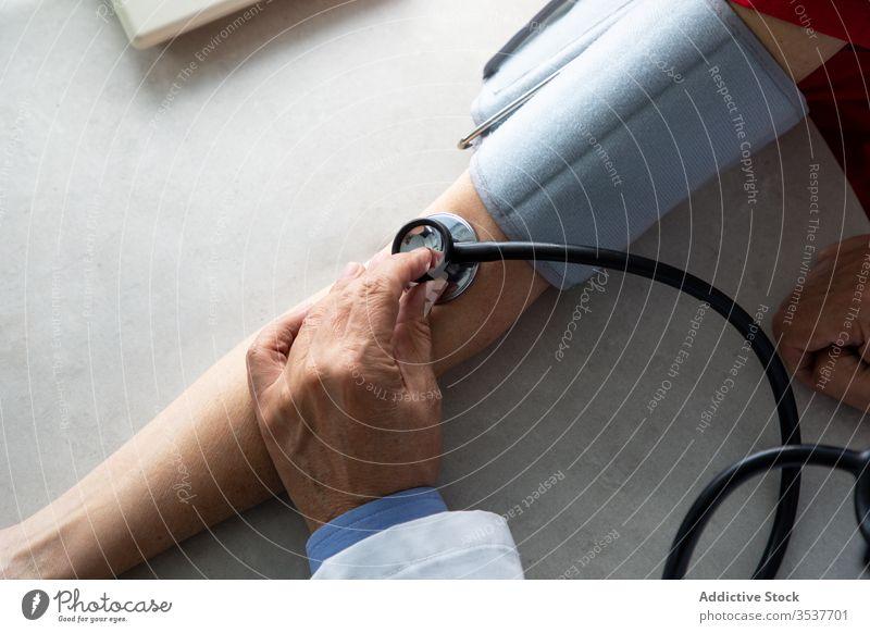 Arzt misst Blutdruck eines jungen Patienten in der Klinik Mann messen Druck geduldig Stethoskop Tonometer Coronavirus Ausbruch arzt Krankenhaus untersuchen