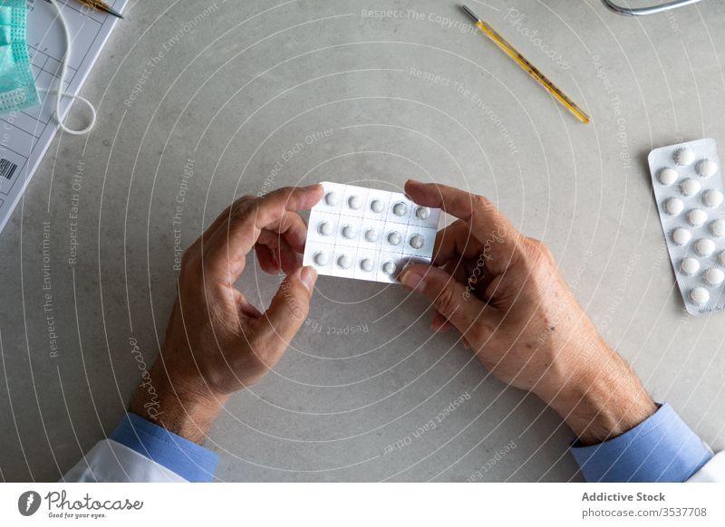 Männlicher Arzt mit Tabletten in der Blase verschreibt Behandlung Leckerbissen Praktiker Mann Klinik Virus Infektion Rudel Bund 19 Ausbruch Krankheit männlich