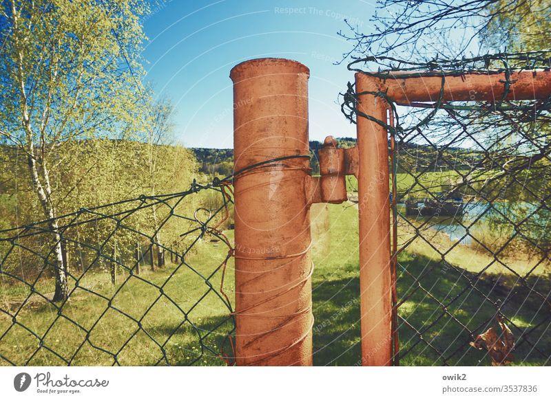 Kein Zutritt Zaun Pfosten Blitzlichtaufnahme Metall Maschendrahtzaun Natur Landschaft Bäume Wolkenloser Himmel Sonnenlicht Schönes Wetter Schatten Gras Licht