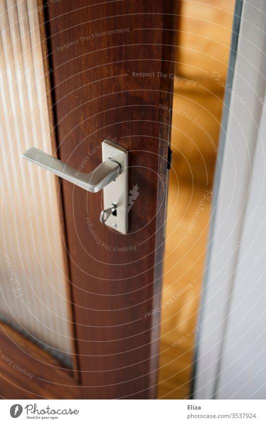 Eine Tür die einen Spalt weit offen steht Gelegenheit geöffnet Türenöffner zuhause Empfangsbereit Menschenleer Raum Wohnung empfänglich Holz Türspalt Einblick