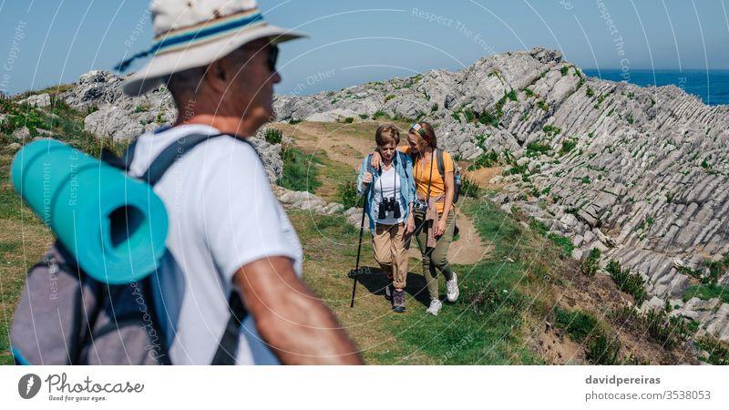 Familie übt sich im gemeinsamen Trekking im Freien wandern umarmend Senior Mutter Tochter Berge u. Gebirge Feld Natur Sommer Wanderung Erholung Menschen