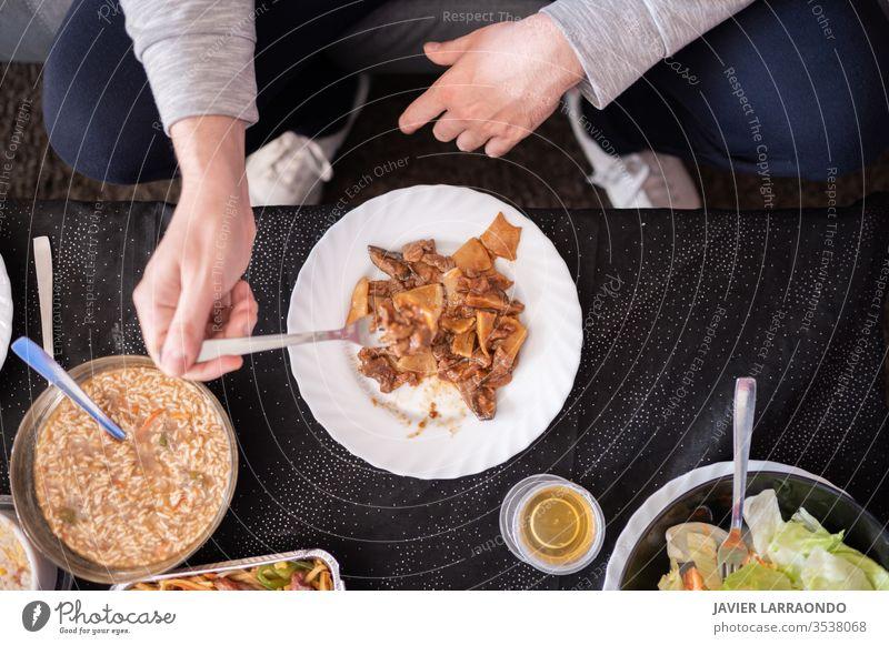 Zu Hause chinesisches Lieferservice essen .Top view.Relax time.Enjoy the weekend.Enjoy the isolation. weg Hintergrund Chinesisch chinesisches Essen bequem