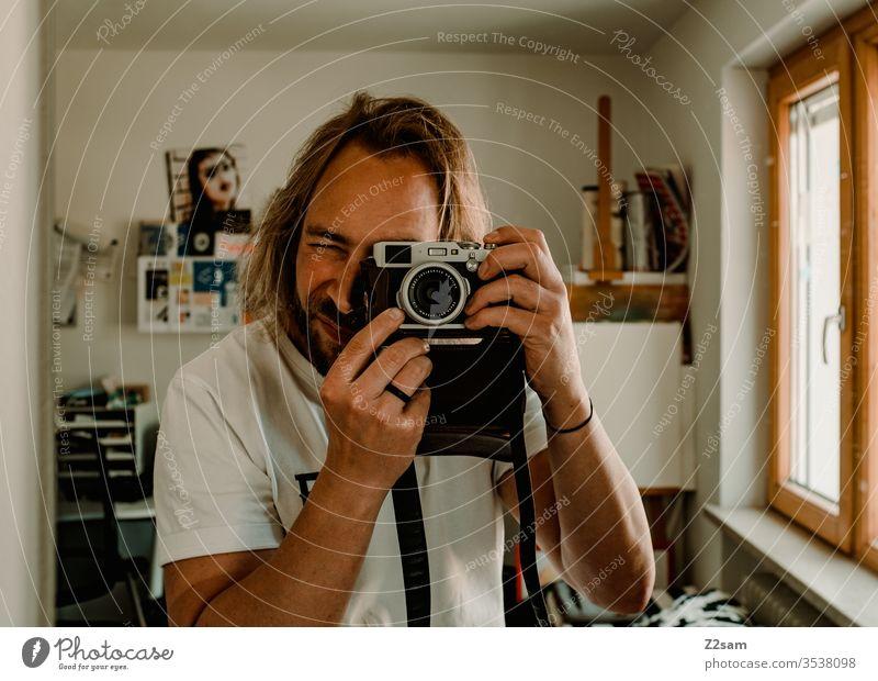 Selfie Fotograf fotografie Selbstporträt spiegel kamera retro braun sportlich lange haare Mann Bart zuhause Atelier