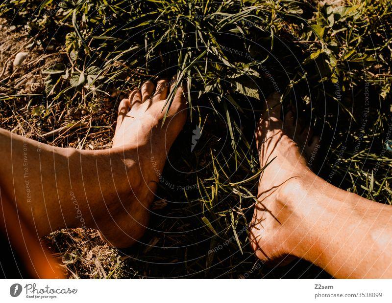 Barfuß in der Wiese naturbursche Natur barfuß füße Sommer Sonne Erholung Entspannung sonnen Urlaub Ferien Farbfoto Beine braun rasen