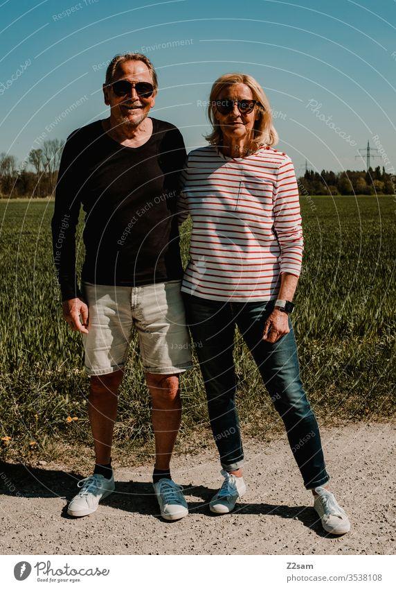 Rentner Pärchen paar liebe ehe rente pärchen 60 und älter sportlich passen gesund zusammen treue modern modisch Urlaub freizeit braun spaziergang leben