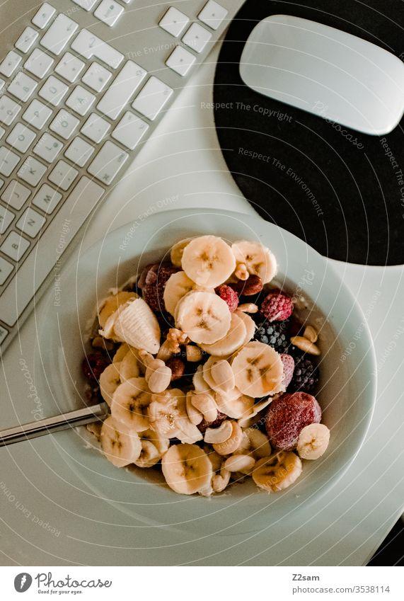 Gesundes Frühstück müsli gesund Sportler Banane Lebensmittel frisch Gesundheit Bär Beeren Morgen Arbeit Homeoffice heimwärts Büro pc Computer Maus tastatur