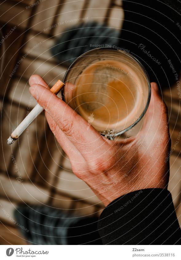 Kaffeepause Pause pausieren Draussen Balkon zuhause Homeoffice trinken Kippe Zigarette rauchen Hand Mann ungesund Frühstück sucht genuss angewohnheit männlich