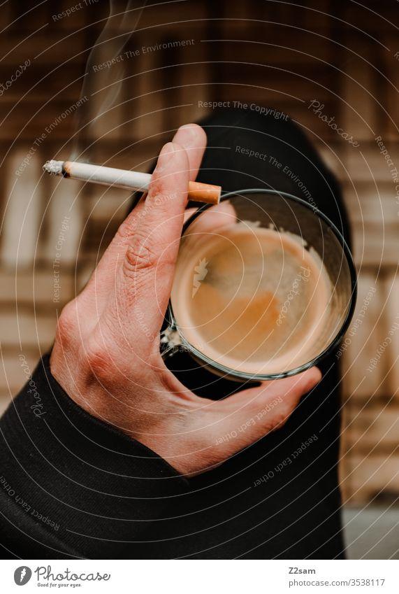 Kaffeepause Homeoffice coffebreak Pause pausieren Zigarette Kippe Rauch Hand halten sitzen entspannen Ruhe Balkon genuss ungesund Frühstück Mann