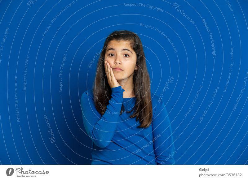 Bezauberndes Mädchen im Vorschulalter mit gelbem Trikot Kind blau beunruhigt Nervös nachdenklich besinnlich Denken sich[Dat] einbilden Vorstellungskraft Idee