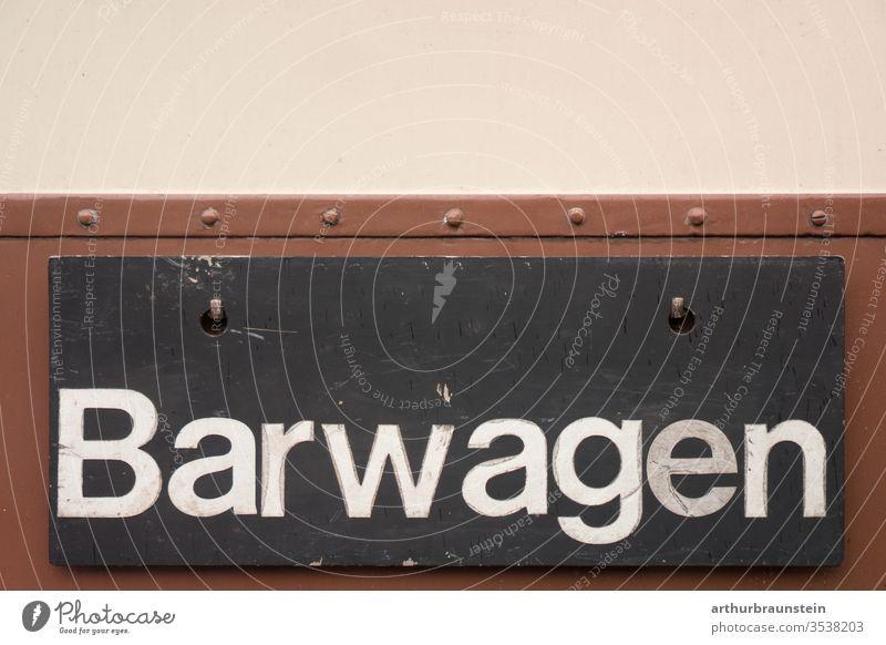 Schild von Barwagen einer alten Eisenbahn aufschrift barwagen beige braun schild schwarz tafel trinken verpflegung wagon zug zugabteil eisenbahn Eisenbahnwaggon