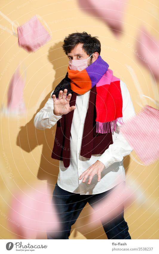 Ein vorsichtiger Kerl mit Mundschutz Lifestyle kaufen Stil Design schön Gesicht Allergie Berufsausbildung Azubi Studium Handel Medienbranche Erfolg Mann