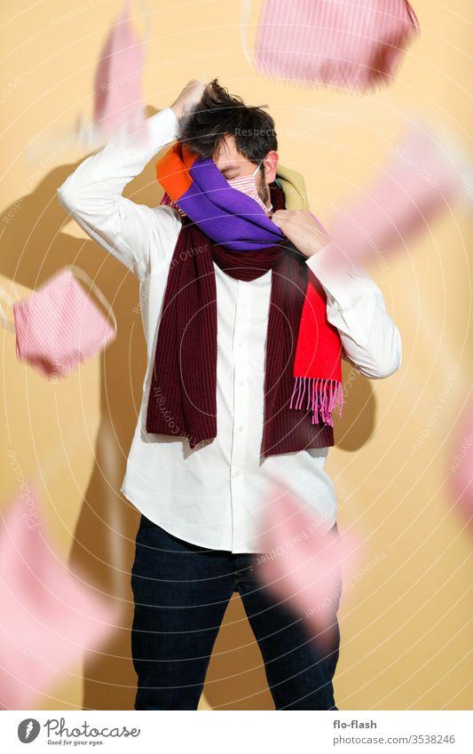 Ein Kerl mit Mundschutz und Schal Lifestyle kaufen Stil Design schön Gesicht Allergie Berufsausbildung Azubi Studium Handel Medienbranche Erfolg Mann Erwachsene