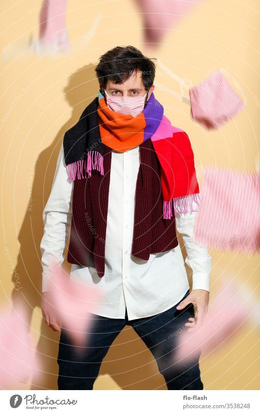 Ein mutiger Kerl mit Maske und Schal Lifestyle kaufen Stil Design schön Gesicht Allergie Berufsausbildung Azubi Studium Handel Medienbranche Erfolg Mann