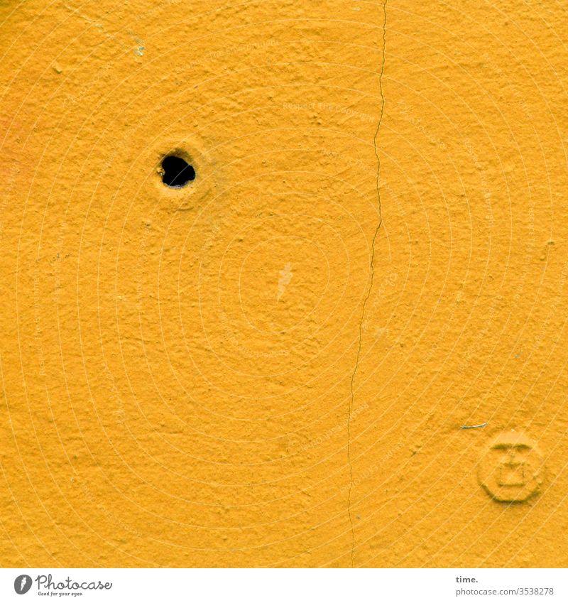 Schnittstellen des Alltags (3) wand mauer putz loch anschluss wasseranschluss funktion gelb Haarriss verschlossen offen dübel
