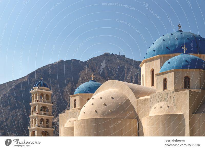 Heilig-Kreuz-Kirche mit Berg im Hintergrund, Perissa, Santorin, Griechenland Dom perissa Himmel religiös Religion heilig Christentum Architektur Gebäude