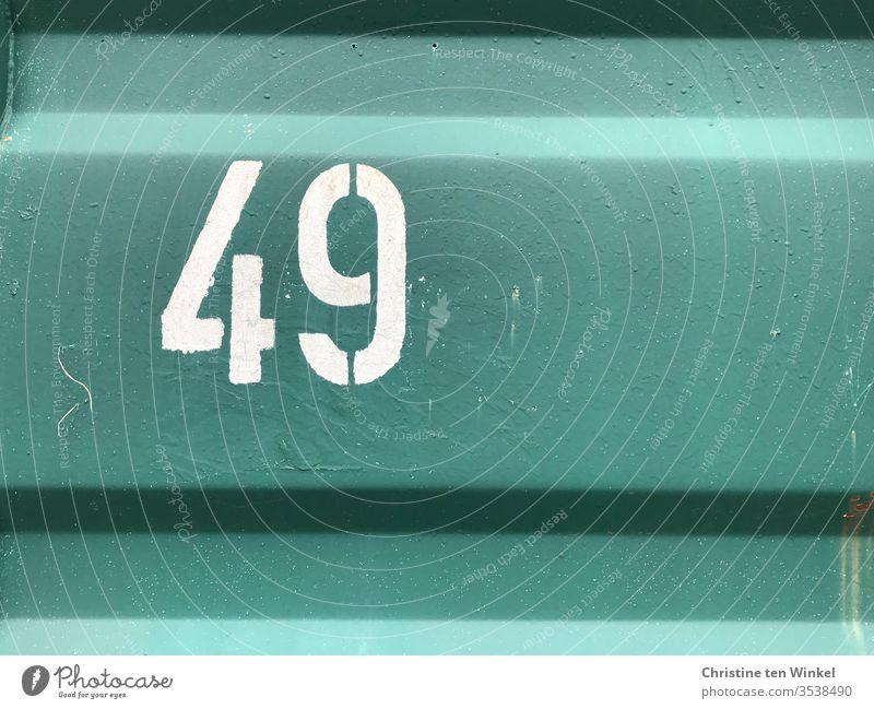 Nummer  49  -  weiße Ziffer auf der Wand eines grünen Containers Ziffern & Zahlen Ziffern und Zahlen Schilder & Markierungen Containerwand Metallwand Stahlwand