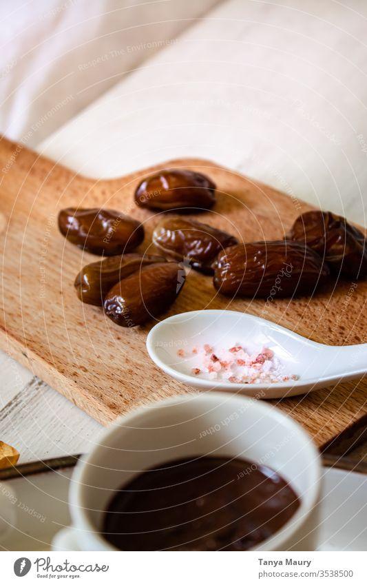 Getrocknete Datteln auf einem Holzbrett Frucht Trockenfrüchte braun Ernährung Antioxidans Gesundheitswesen Essen Kalorie getrocknet Strukturen & Formen