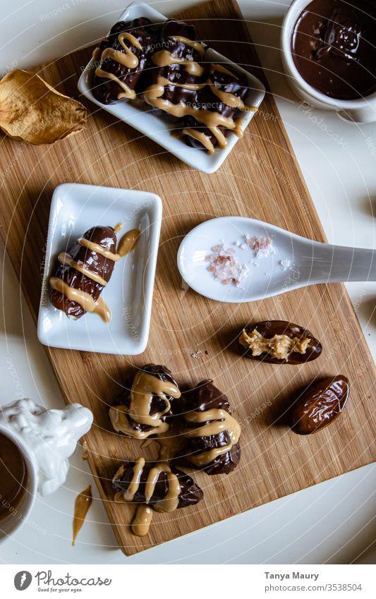 Getrocknete Datteln mit Erdnussbutter auf einem Holzbrett Frucht Trockenfrüchte braun Ernährung Antioxidans Gesundheitswesen Essen Kalorie getrocknet