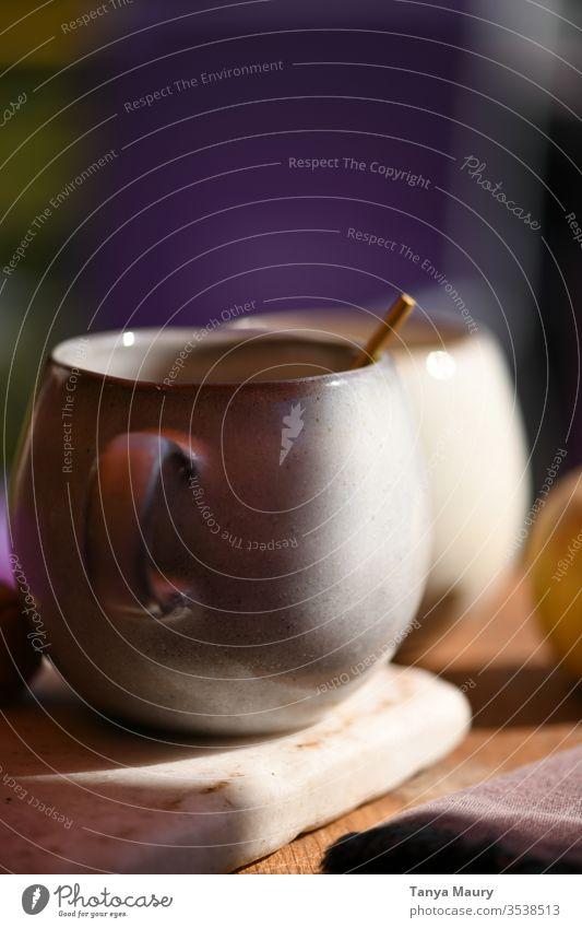 Nahaufnahme eines weißen Keramikbechers im Tageslicht Tasse Löffel Café Koffein gebraut Kaffee aromatisch Getränk Kaffeetasse Heißgetränk Kaffeetrinken