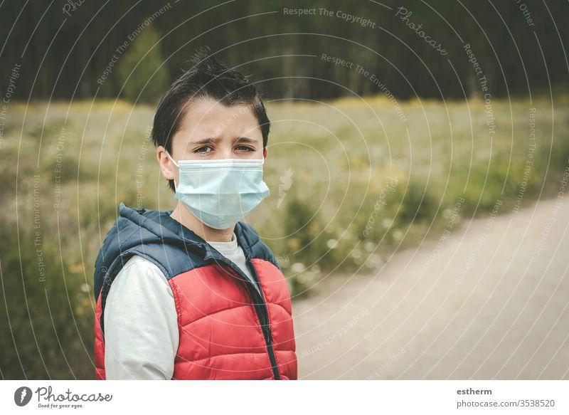 Coronavirus,trauriges Kind mit medizinischer Maske Virus Seuche Pandemie nachdenklich Quarantäne covid-19 Symptom Medizin Gesundheit Tod behüten Mundschutz