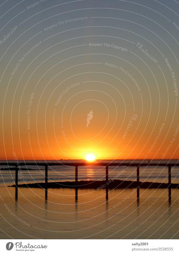 Sonnenaufgang in der Bretagne... Sonnenuntergang romantisch Romantik Brücke Frankreich Ärmelkanal Meer orange rot HImmel Sonnenlicht Morgen Abend Dämmerung