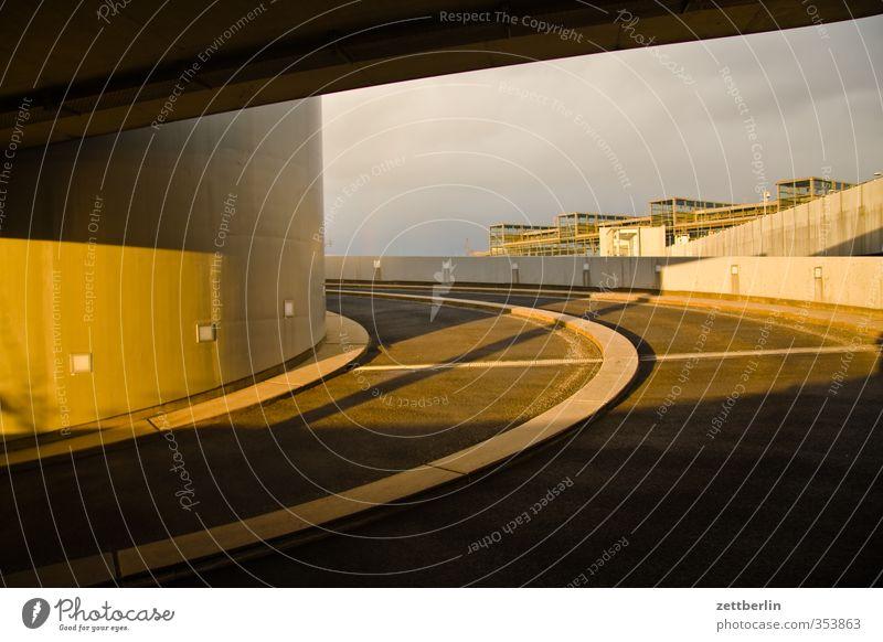 Parken Stadt Stadtzentrum Menschenleer Haus Bahnhof Parkhaus Bauwerk Gebäude Architektur Mauer Wand gut schön ausfahrt Berlin Einfahrt parken Rampe Spirale