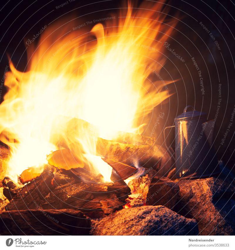 Lagerfeuer und Kaffeekanne am Abend lagerfeuer kaffee kaffeekanne kochen outdoor kochfeuer camping campingplatz draußen warm flammen glut wärme holzfeuer frei