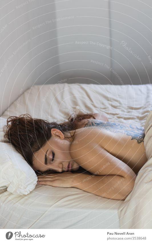 Sexy nackte tätowierte Frau im Bett liegend weinen allein Mädchen traurig schlafen heimwärts im Innenbereich LAZY Orgasmus sexy unbekleidet Appartement Tattoo