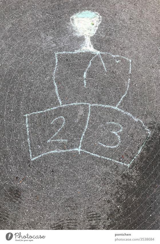 Siegertreppchen und Pokal mit Straßenkreide gemalt. Zahlen 1,2 und 3. sportwettbewerb Siegertreppe straßenkreide kinderspiel wettkampf pokal zahlen