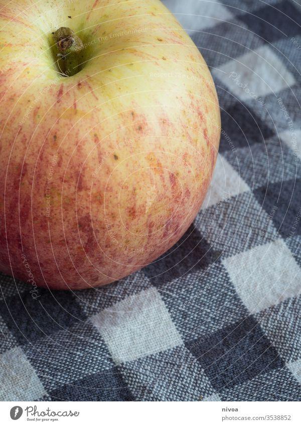 Nahaufnahme eines Apfels Detailaufnahme Frucht Vitamine Küche Küchentuch Ernährung Farbfoto Gesundheit frisch lecker Lebensmittel Vegetarische Ernährung Diät