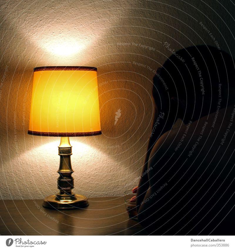Mann alleine am Schreibtisch mit Lampe Rauschmittel Alkohol Tisch Raum maskulin Erwachsene 1 Mensch Denken trinken Gefühle Schmerz Sehnsucht Enttäuschung