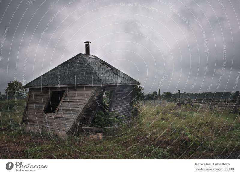 twisted house alt Wolken Haus dunkel kalt Wiese Garten außergewöhnlich Feld Wind gefährlich kaputt Neigung historisch Dorf Hütte