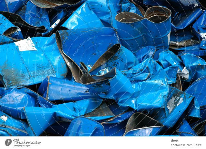 Fässer ohne Boden Fass Schrott Müll Industrie blau alt Metall Verwertung
