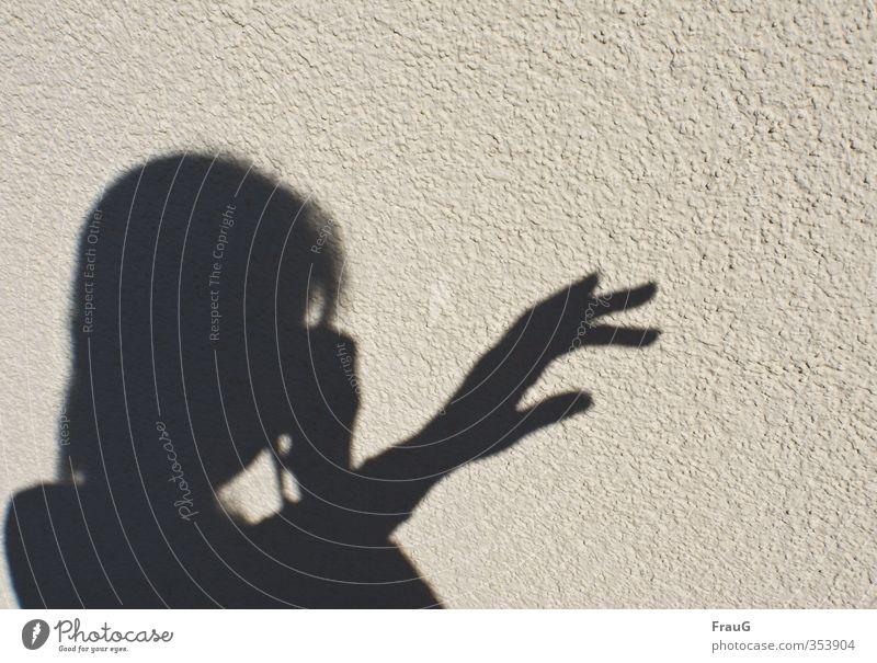 Schattenspiele feminin Frau Erwachsene Kopf Hand Finger 1 Mensch 45-60 Jahre Schönes Wetter Fassade schwarz Fotografieren zeigen Außenaufnahme Textfreiraum oben