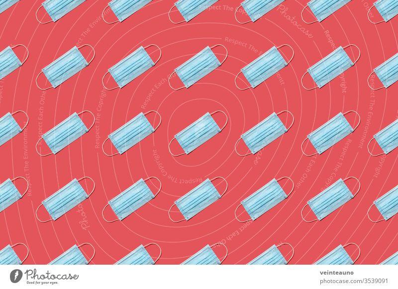 Chirurgische Einweg-Gesichtsmaske COVID-19 auf rotem Hintergrund. Schutz gegen Coronavirus. Gesundheitsversorgung und medizinisches Konzept. Nahtloses medizinisches Muster